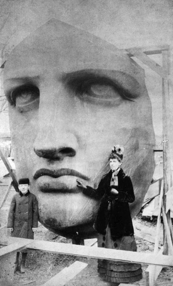 1885_Unpacking_the_head_of_the_Statue_of_Liberty