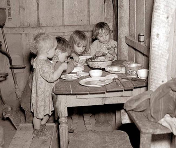 1930ca_Christmas_dinner_during_Great_Depression