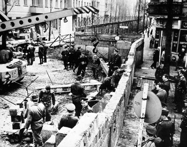 1961_Construction_of_the_Berlin_wall